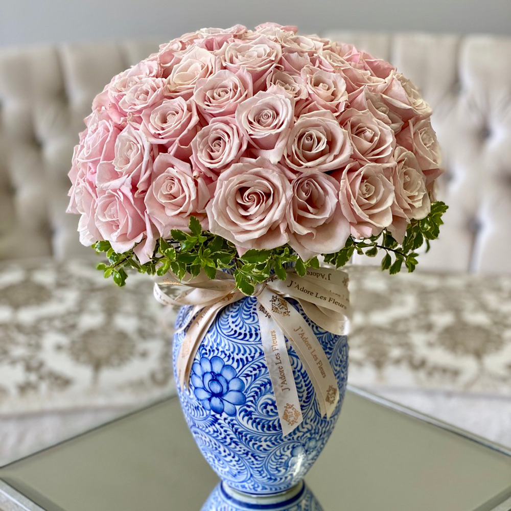 50 Sweet Eksimo Roses in a Toile Vase